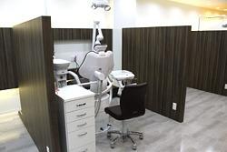 ふくろう歯科クリニックの写真3枚目:診療室は木目調の仕切りで区切られています