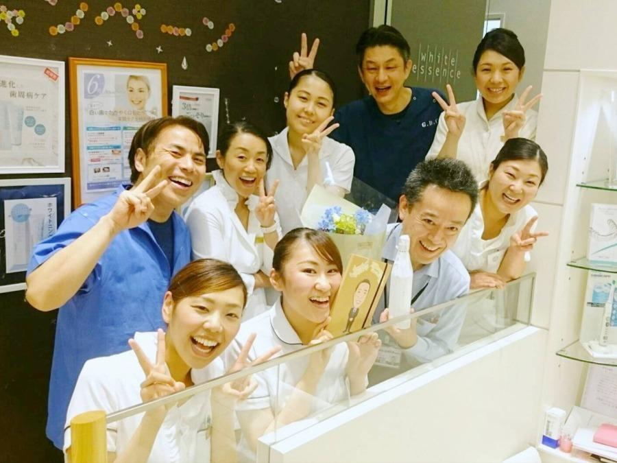 山口歯科クリニック(歯科衛生士の求人)の写真1枚目:スタッフの誕生日の記念の一枚です。 楽しいですよ
