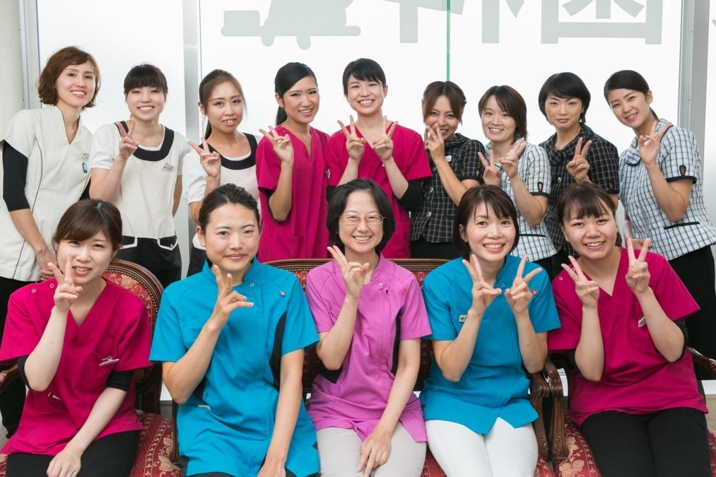 あさひクリニック歯科・矯正歯科(歯科医師の求人)の写真1枚目:診療中は一生懸命!でも働くなら楽しく働きたい方歓迎です!賑やかな職場です。