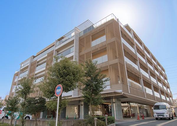 特別養護老人ホーム 新横浜さわやか苑(看護師/准看護師の求人)の写真:理念の一つ「あたたかい介護」を目指し、木目を多く取り入れた特徴的な施設です。