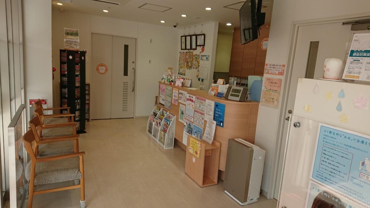 多賀城駅北口歯科(歯科衛生士の求人)の写真1枚目:受付と待合室