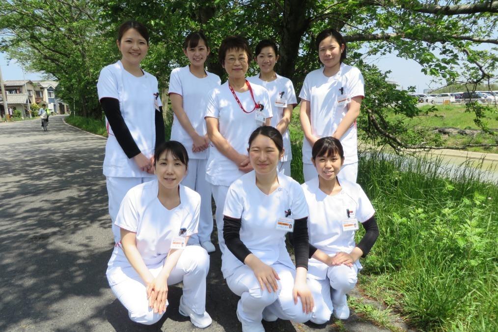 琵琶湖大橋病院(看護師/准看護師の求人)の写真:看護部長と2019年4月入職の看護師です。5月入ってもいい顔をしています