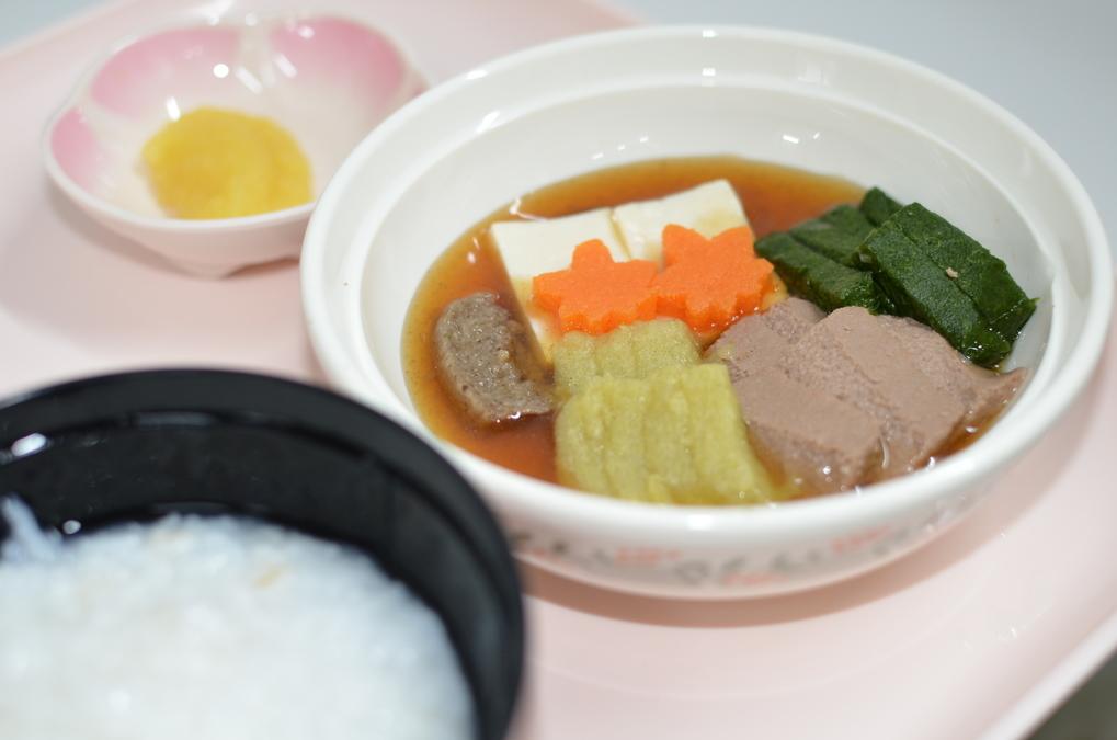 横浜病院(管理栄養士/栄養士の求人)の写真1枚目:昭和を懐かしむお食事として、ソフト食のすき焼きとたくわんを提供しました。