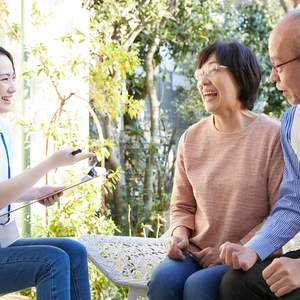 【2021年最新版】社会福祉士の仕事内容、なり方、年収、国家試験の合格率などを調査!