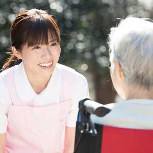 【2021年最新版】介護福祉士とは?受験資格、合格率、仕事内容、給料などを徹底調査!