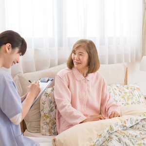 訪問看護ってどんな仕事? 在宅生活を支える訪問看護師の仕事内容・給料・必要な経験・働く場所・服装や持ち物など