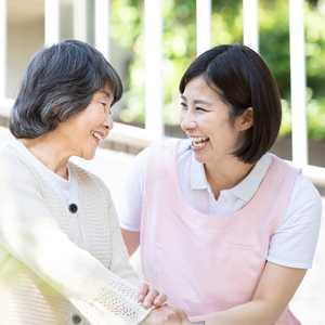 小規模多機能型居宅介護とは? 主な特徴、利用条件、スタッフの仕事内容・やりがい・給料などを紹介
