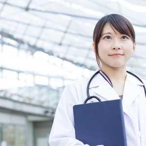 医師不足が叫ばれているけど人数は増加中!?男女比、年齢、就業先はどうなっている?