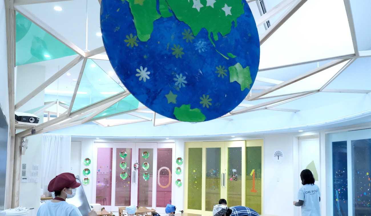 花房山目黒駅前保育園333 ホールの天井に飾られた大きな地球のアート