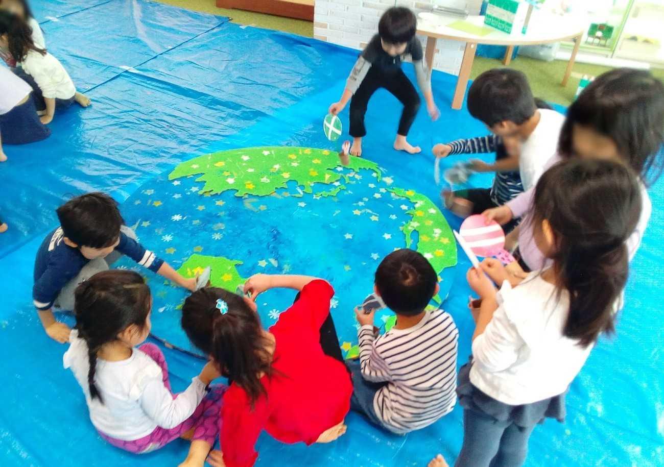 花房山目黒駅前保育園333 子どもたちが地球を制作している様子