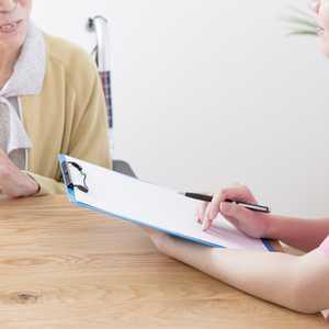 【2021年最新版】ケアマネジャー(介護支援専門員)の資格要件・なり方・仕事内容・試験合格率について調査しました!
