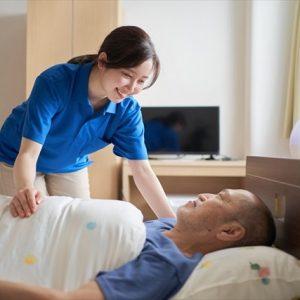 利用者に清潔とくつろぎを提供。看護師と介護職が協働する訪問入浴とは?
